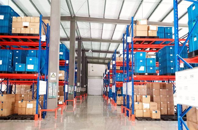 COSJAR owns a finish product storage warehouse for 8,000m². The massive storage room allows COSJAR's clients to leave their cosmetic jars & cosmetic bottles for on-time delivery
